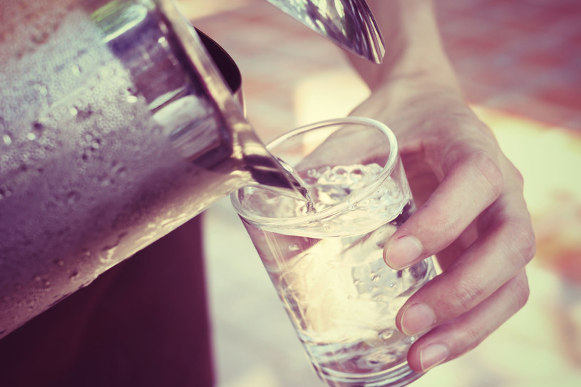 Dobrym sposobem na zaparcia jest wypicie szklanki wody przed śniadaniem lub snem /123RF/PICSEL