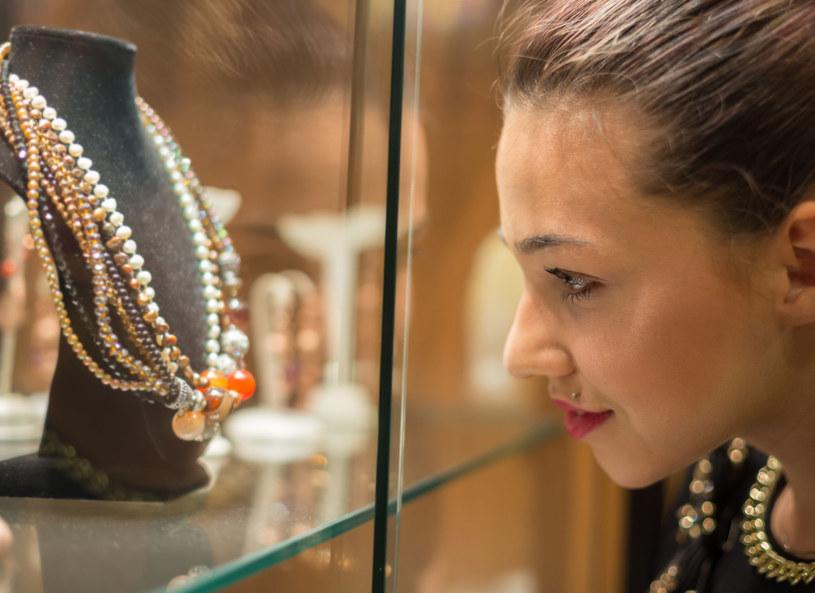 Dobrze dobrana biżuteria to połowa sukcesu! /123RF/PICSEL