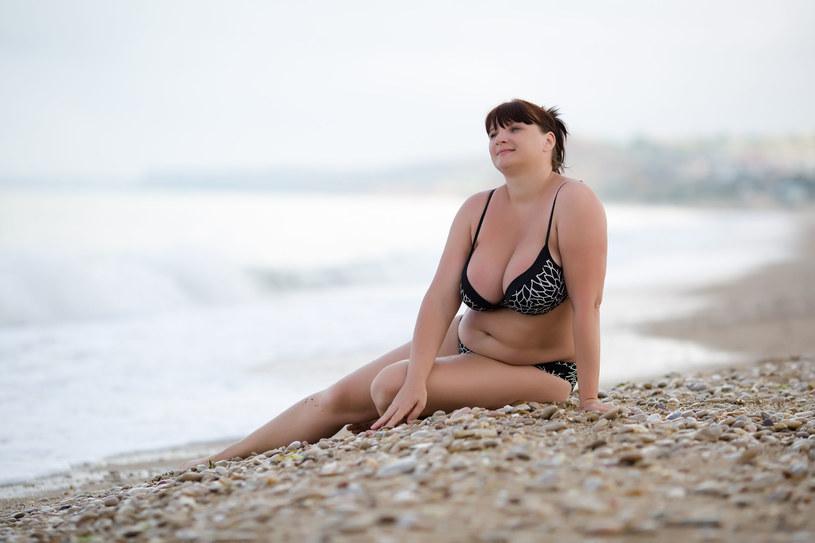 Dobrze dobrane bikini wygląda świetnie również na paniach w rozmiarze XL /123RF/PICSEL