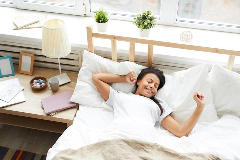 Dobrze dobrany materac ułatwia zasypianie i sprawia, że budzimy się zdrowo wypoczęci /123RF/PICSEL