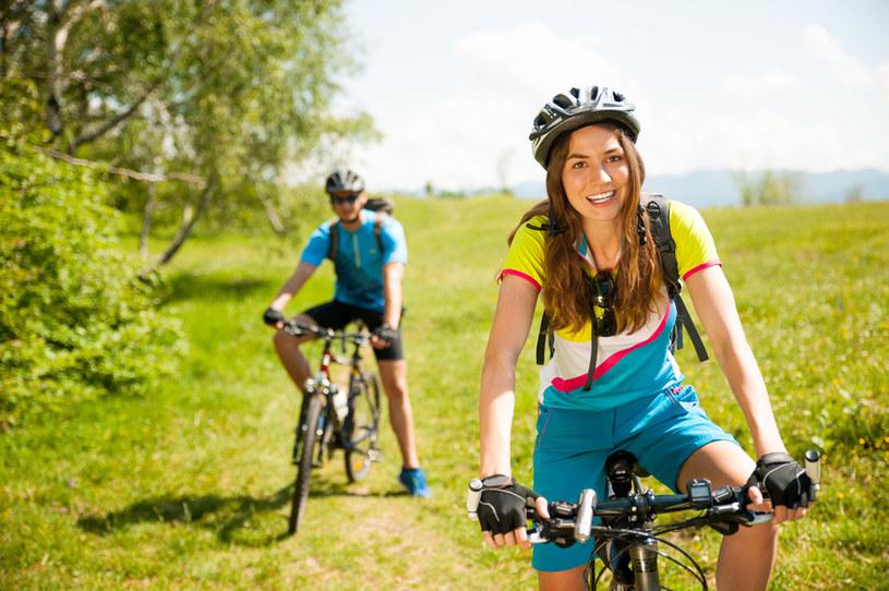 Dobrze dopasowany kask jest nieodzowny podczas jazdy rowerem /123RF/PICSEL