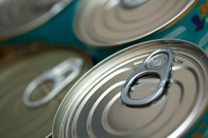 Dobrze przyglądaj się wieczkom puszek z żywnością, zanim je otworzysz /123RF/PICSEL