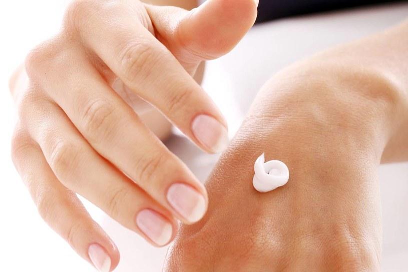 Dobrze zabezpieczone dłonie to gwarancja gładkiej skóry i ich młodzieńczy wygląd przez długie lata. /123RF/PICSEL