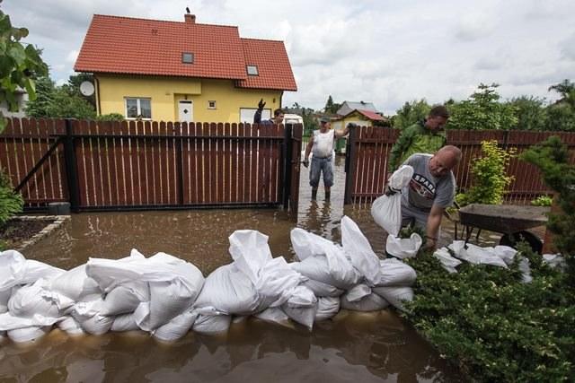 Dobrzykowice (woj. dolnośląskie) - domy zalane wodą z pól /Maciej Kulczyński /PAP