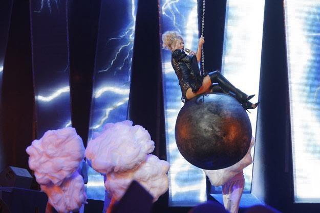 Doda próbowała naśladować Miley Cyrus, ale na niewiele się to zdało /AKPA