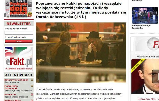 Doda wyciera usta i czyści nos jedną serwetką...  /efakt.pl