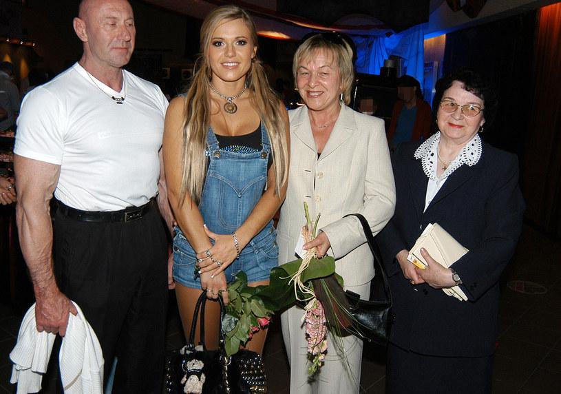 Doda z rodzicami i babcią, 2006 rok /Mikulski /AKPA