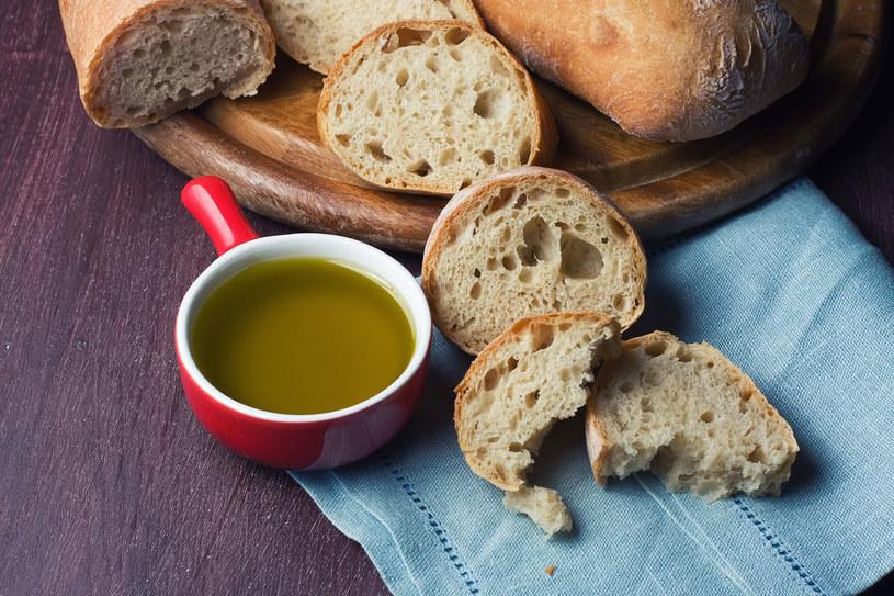 Dodaj łyżkę oliwy do sałatki warzywnej albo posmaruj oliwą pieczywo /123RF/PICSEL