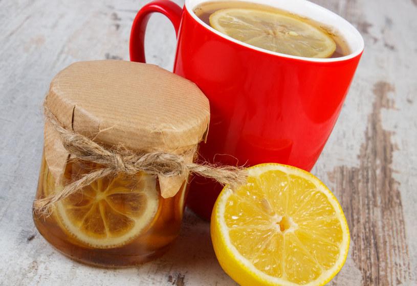 Dodaj syrop do herbaty /123RF/PICSEL