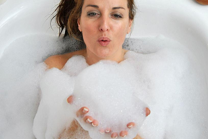 Dodając odpowiedni kosmetyk do wody, ukoisz zmysły, odżywisz skórę i odzyskasz siły witalne /123RF/PICSEL