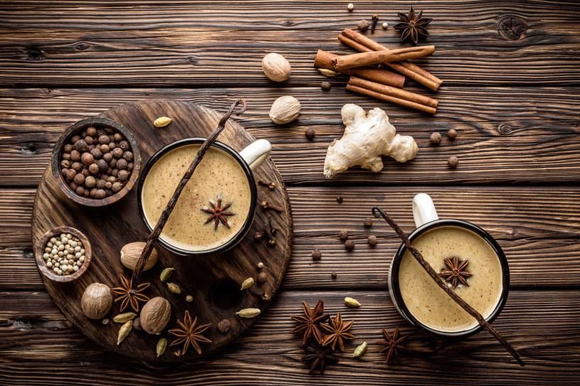 Dodane do piwa przyprawy korzenne, miód oraz żółtko wspomagają pracę układu odpornościowego /Picsel /123RF/PICSEL