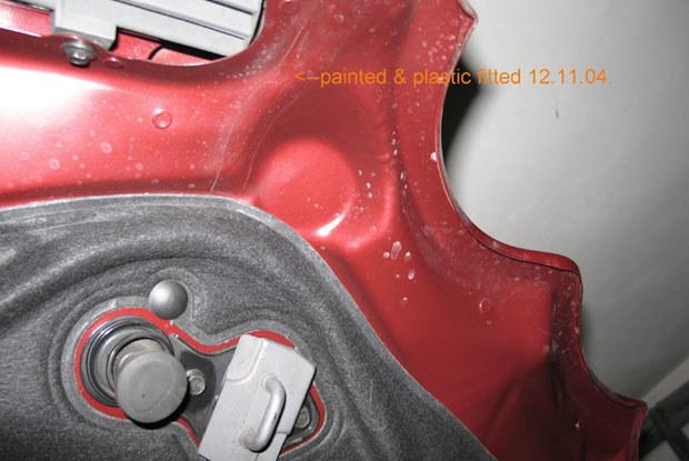Dodatkowa folia dla zabezpieczenia lakieru przed wycieraniem przez uszczelki / Kliknij /INTERIA.PL