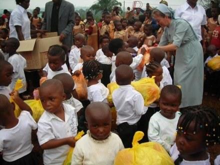 Dodatkowe ofiary są przeznaczane m.in. na świąteczne paczki dla dzieci/fot. Misja w Doume /