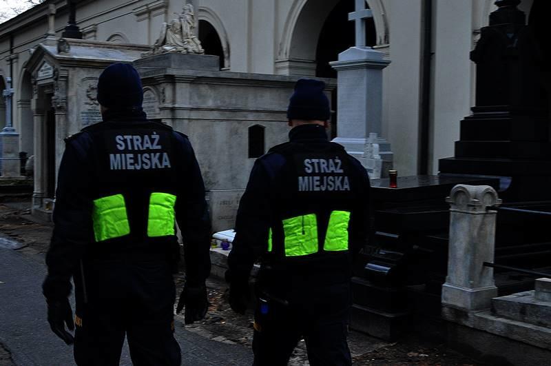Dodatkowe patrole na warszawskich Powązkach /Krzysztof Berenda /RMF FM