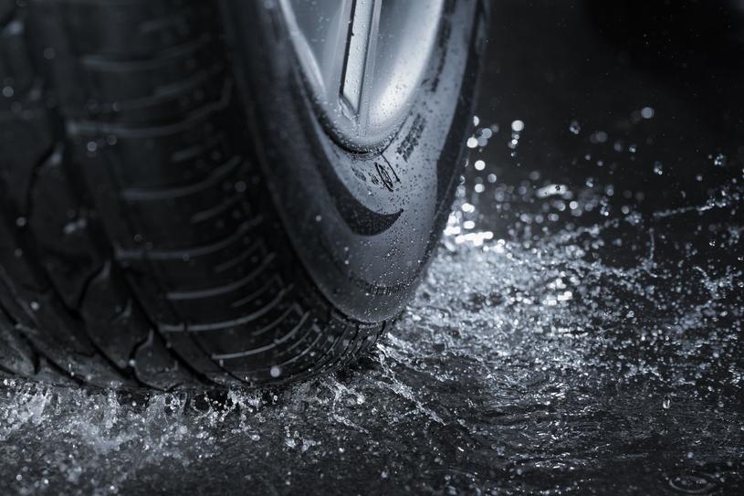 Dodatkowe warstwy opasania dłużej opierają się działaniom takich czynników jak chociażby temperatura, dlatego też tego typu ogumienie trafia niekiedy do aut o sportowym charakterze /123RF/PICSEL