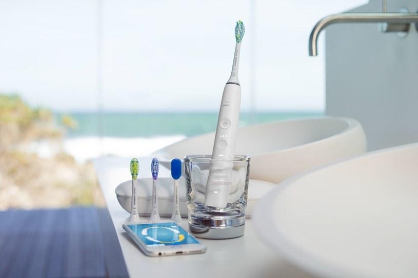 Dodatkowo w nowej szczoteczce dostępne są specjalistyczne główki, które dzięki technologii adaptacyjnej dopasowują się do kształtu zębów i dziąseł /materiały prasowe