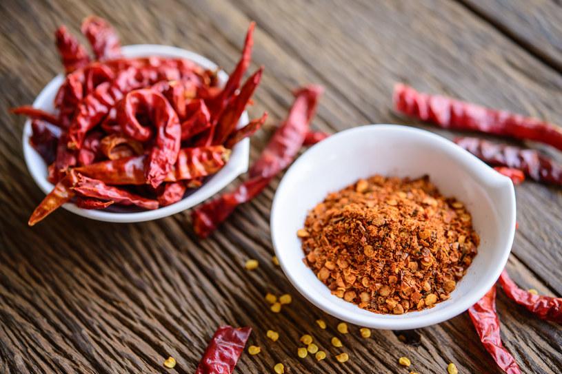 Dodawanie ostrych przypraw do potraw może sprawić, że ograniczysz ilość spożywanej soli /123RF/PICSEL