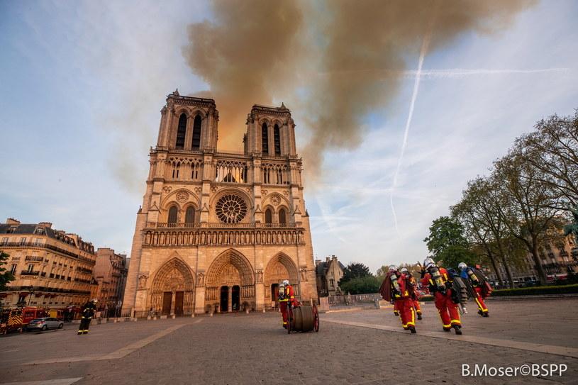 Dogaszanie katedry Notre Dame /PAP/EPA