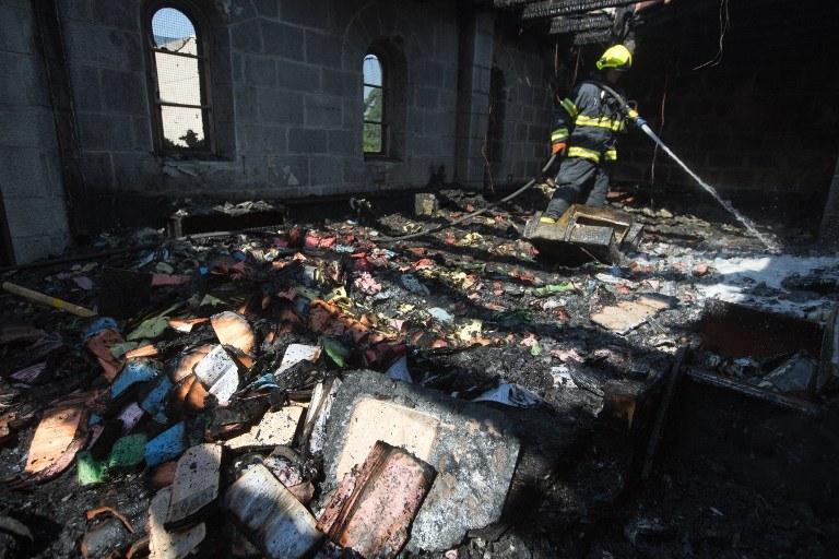 Dogaszanie pożaru w świątyni /MENAHEM KAHANA / AFP /AFP