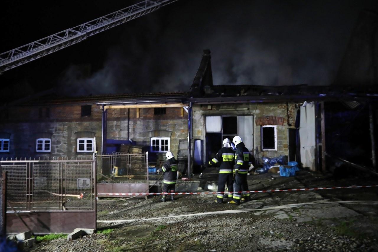 """Dogaszanie pożaru zakładów w Izdebniku. """"Tam jest dużo nagrzanych materiałów palnych"""""""