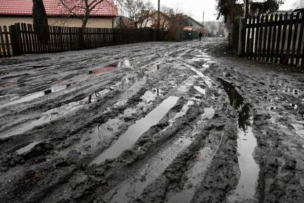 Dojazd do wielu domów w Radomiu bywa bardzo trudny, ze względu na brak asfaltu /Anna Jarecka /