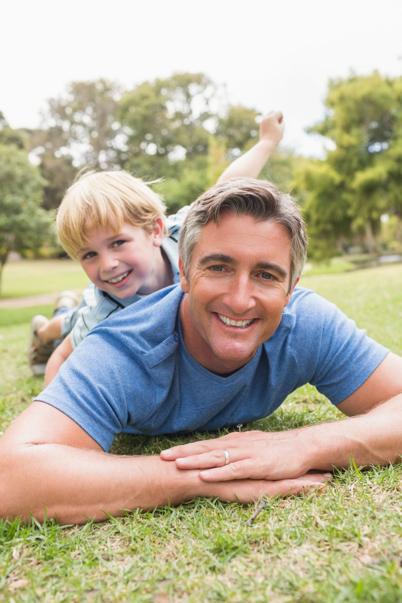 Dojrzały tata z synem /123RF/PICSEL