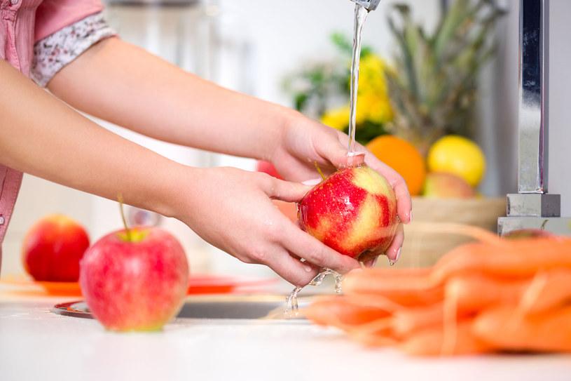 Dokładnie myj owoce /123RF/PICSEL
