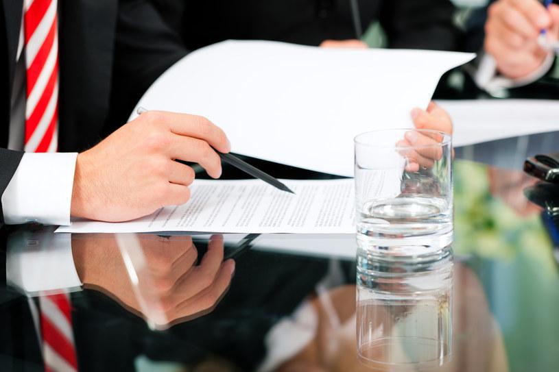 Dokładnie przeczytaj umowę zanim ją podpiszesz /© Glowimages