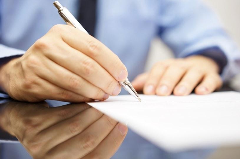 Dokładnie przeczytaj umowę /©123RF/PICSEL