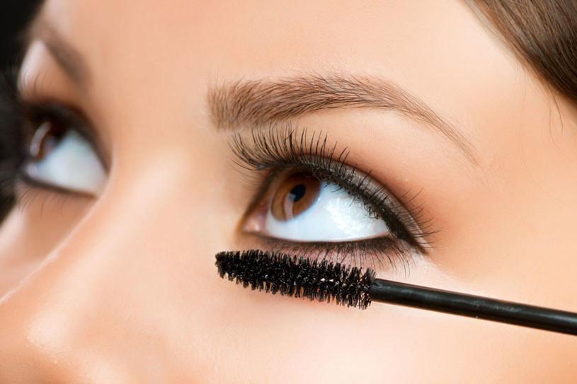 Dokładnie tuszuj także rzęsy w kącikach oczu /123RF/PICSEL