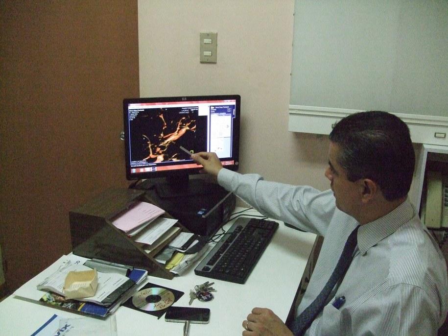 Doktor Alejandro Vargas Roman pokazuje wyniki badań cudownie uzdrowionej kobiety /Paweł Żuchowski /RMF FM
