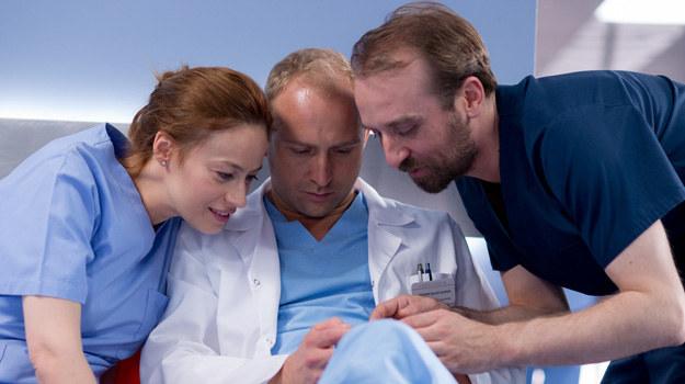 Doktor Alicja (Magdalena Różczka) wprowadzi nowego kolegę (Borys Szyc) w rytm pracy na sali operacyjnej. Lekarza będzie również wspierał ordynator Karkoszka (Wojciech Mecwaldowski). /x-news/ Piotr Litwic /TVN
