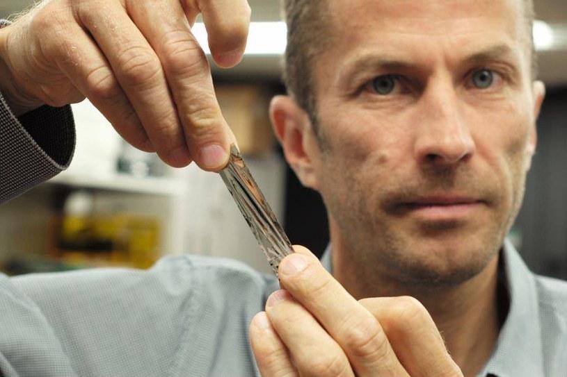 Doktor Mark Lantz trzyma fragment taśmy, która pomieści 201 GB danych. Jest to element całego nośnika, zdolnego do pomieszczenia 330 terabajtów /materiały prasowe