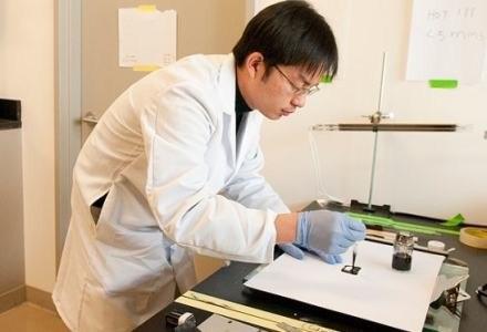 Doktorant przygotowuje się do zanurzenia papieru w atramencie  fot. Stanford University /kopalniawiedzy.pl