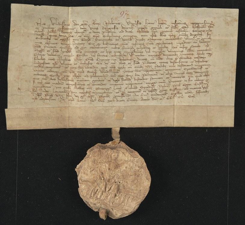Dokument Władysława Łokietka z przywieszoną pieczęcią władcy. Król nie miał nic przeciwko temu, by tłok swojej głównej pieczęci oddawać w ręce małżonki (domena publiczna) /Ciekawostki Historyczne