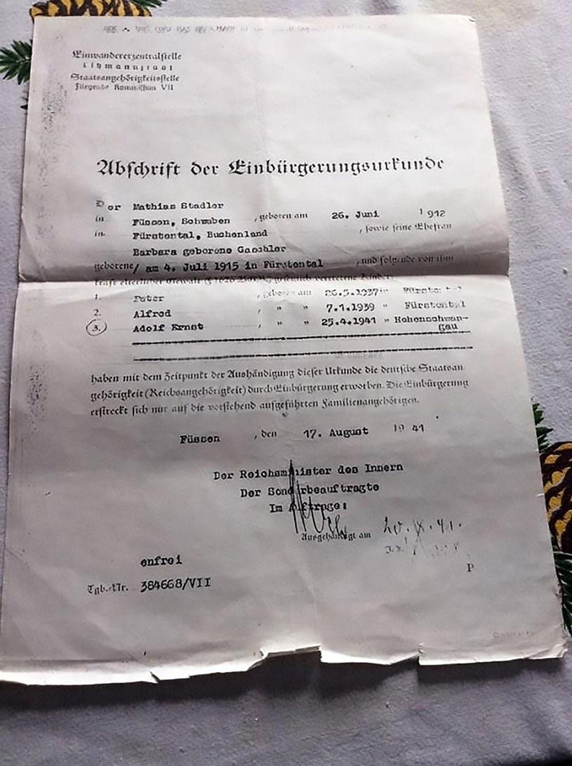 Dokument wydany rodzinie w 1941 roku z imionami synów: Peterem, Alfredem i Adolfem Ernstem, urodzonym w obozie / fot: CEN/monitorulsv.ro /East News