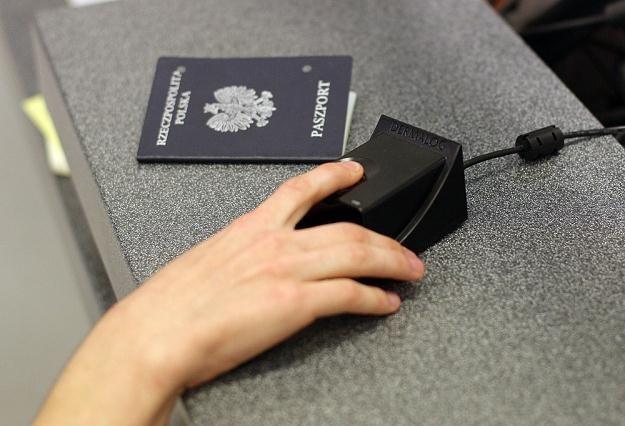 Dokumentem dla dzieci może być paszport, paszport tymczasowy oraz dowód osobisty/fot. Bartosz Krupa /East News