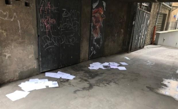 Dokumenty z danymi wrażliwymi poniewierały się na dziedzińcu kamienicy w centrum Warszawy