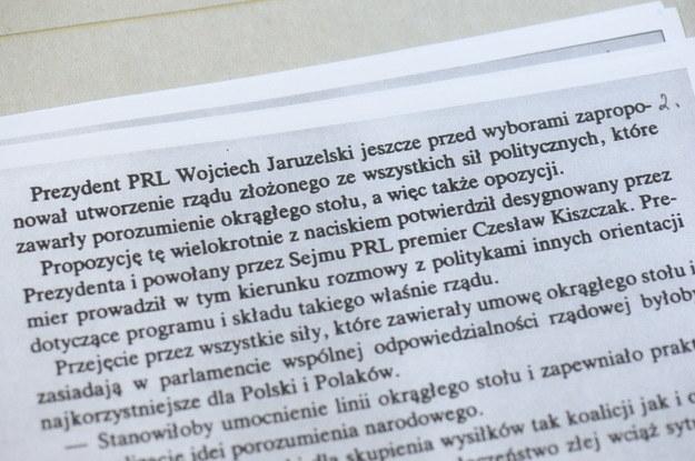 Dokumenty znalezione w domu szefa MSW z lat 80. gen. Czesława Kiszczaka - projekt oświadczenia Biura Politycznego KC PZPR na XIV plenum KC PZPR /Jacek Turczyk /PAP