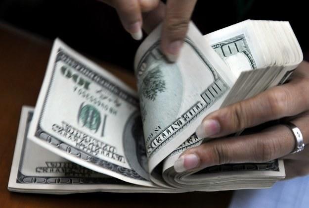 Dolar umacnia się wobec jena i jest to związane z reakcją rynków akcji /AFP