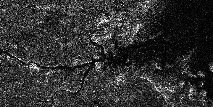 Dolina rzeczna niewiadomego pochodzenia na Tytanie. Nowy model sugeruje, że ma ona związek z azotowymi rzekami /NASA