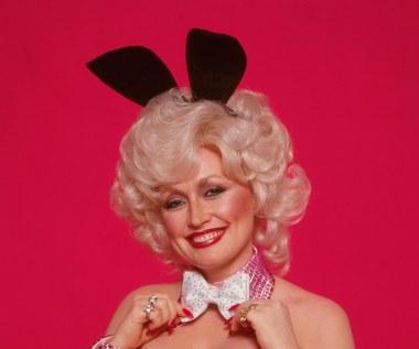 """Dolly Parton świętuje urodziny męża w stroju króliczka """"Playboya"""". Jak zmieniła się przez 40 lat?"""