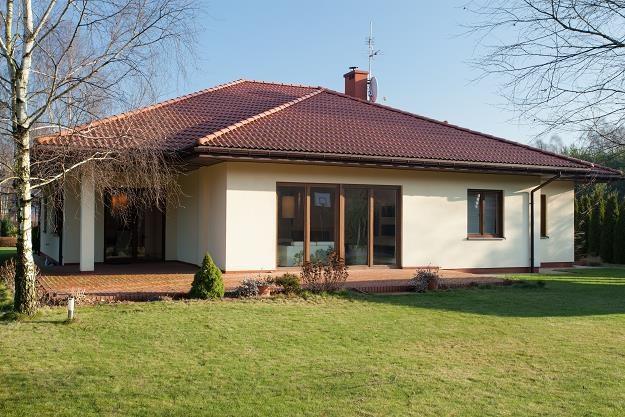 Dom parterowy ma swoje zalety i wady /©123RF/PICSEL