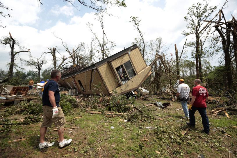 Dom wywrócony przez tornado /Brett Deering /AFP/Getty