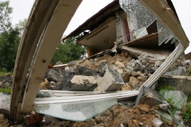 Dom zrujnowany przez osuwającą się ziemię w miejscowości Podchybie (Małopolskie). / fot. S.Rozpędzik /PAP