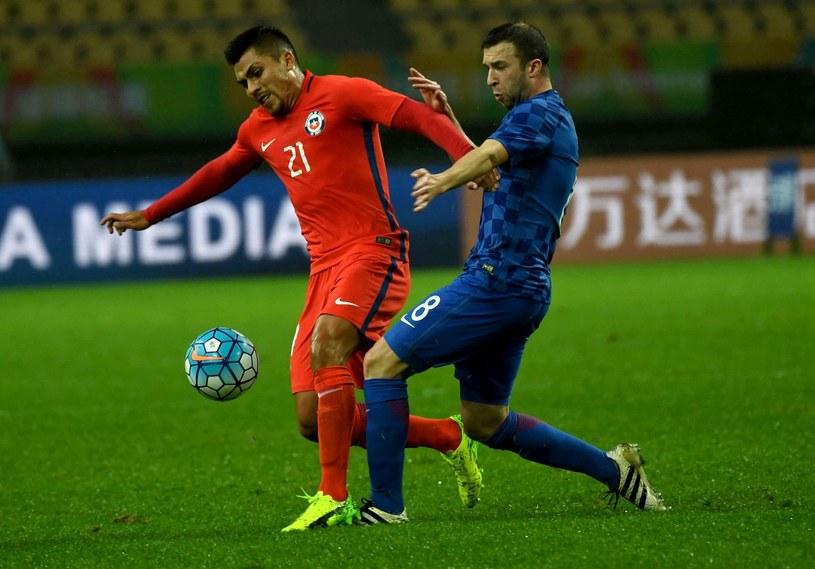 Domagoj Antolić (z prawej) w meczu Chorwacji z Chile (z lewej Cesar Pinares). /AFP