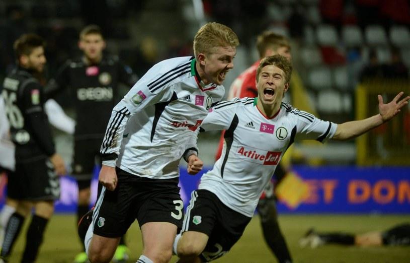 """Dominik Furman (z lewej) strzelił gola dla Legii na 2-1 i trafił do """"Asów"""". Obok Jakub Kosecki. /Bartłomiej Zborowski /PAP"""