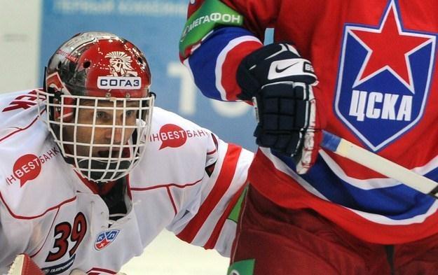 Dominik Hasek zamierza pograć w Rosji jeszcze jeden sezon /AFP