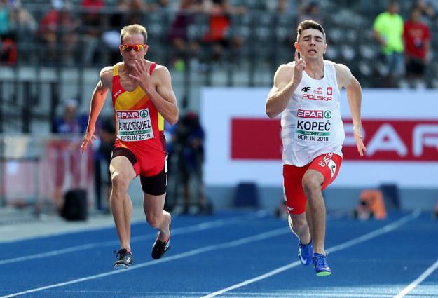 Dominik Kopeć (po prawej) i Hiszpan Angel David Rodriguez w biegu kwalifikacyjnym na dystansie 100 m /SRDJAN SUKI /PAP/EPA