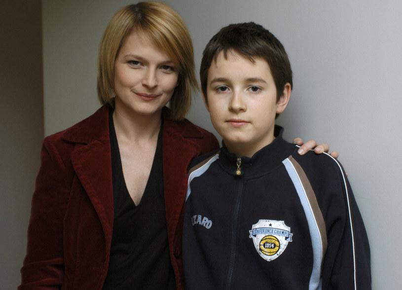 """Dominika Ostałowska i Franciszek Przybylski na planie """"M jak miłość"""", 2005 r. /AKPA"""